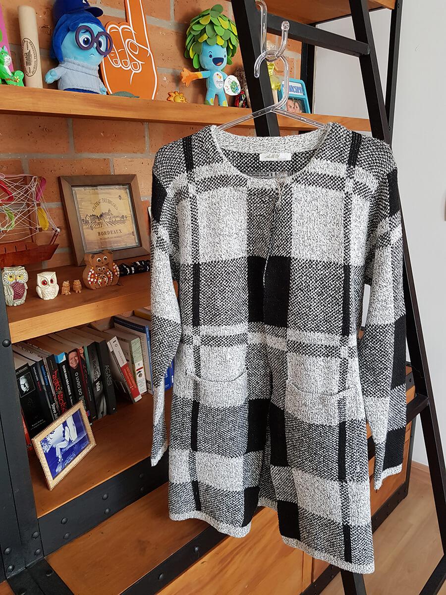 49f90c360 A mesma ideia é aplicada no armário das minhas clientes. Aqui neste exemplo  a cliente ganhou de presente um casaco preto e branco. Mais moderno que o  casaco ...